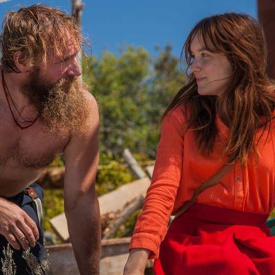 Mylläri Cornélius (Bonaventure Gacon) ja puutarhaneuvoja Carmen (Anaïs Demoustier) tapaavat myllyn rakennustyömaalla elokuvassa Cornelius, ulvova mylläri