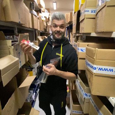 Olli Ojamo esittelee varastossa olevia kalastustuotteita.