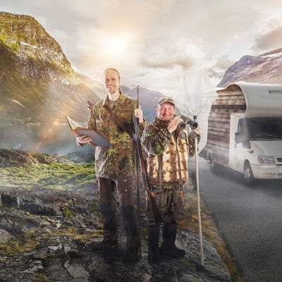 Kaksi miestä metsästysasussa matkailuauton edessä. Eränkävijät-podcastin promokuva.