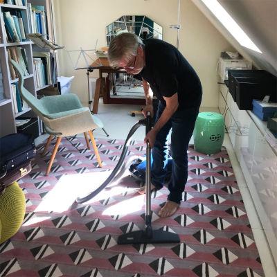 Kapellimestari Jukka-Pekka Saraste imuroi kotonaan Zürichissä keväällä 2020.