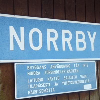 En blå skylt med texten Norrby.