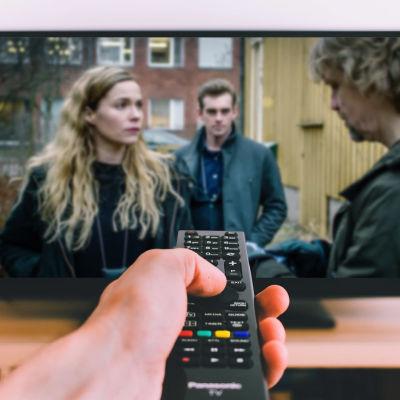 Katsoja ohjaa kaukosäätimellä televisiovastaanotinta