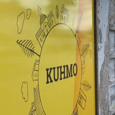 Kuhmo-teksti Ikkunassa Kainuuntien varressa Kuhmon keskustassa