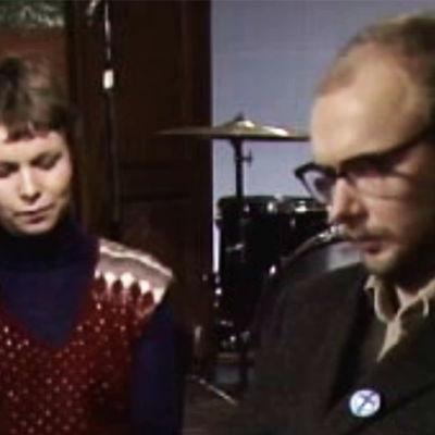 Marjatta Anttonen haastattelee Tuomari Nurmiota ohjelmassa Nuotit hukassa 1979.