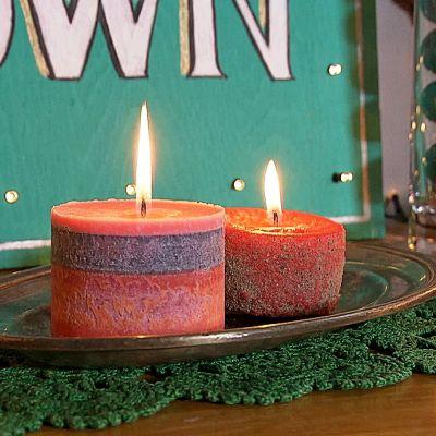 Kaksi kynttilää.