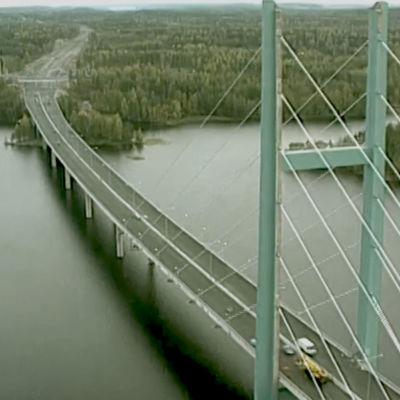 Heinolaan johtava Tähtisilta helikopterista kuvattuna