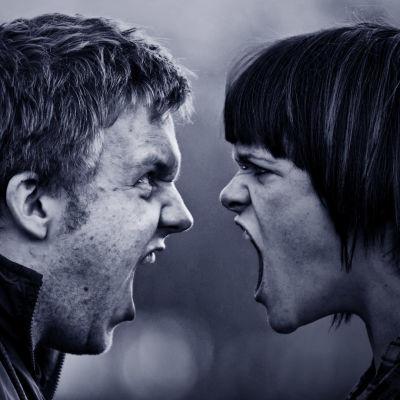 Mies ja nainen huutavat toisilleen aivan kasvokkain.