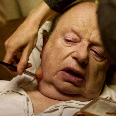 Toimittaja John Sergeant maskeeraajan käsittelyssä: kaulaan tehdään ruttotautisen paisetta.