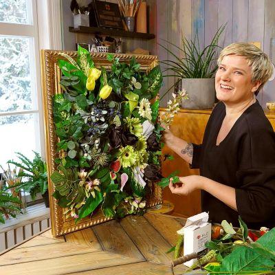 Camilla med en blomstertavla.