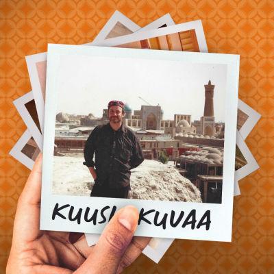 Mies seisoo kaupungin edessä. Taustalla on kuuluisa keskiaikainen arkkitehtuurin muistomerkki, torni Al-Kaljam.