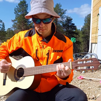 Tero Harju soittaa kitaraa.