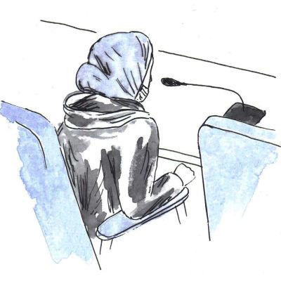 Oikeussalipiirros syytetystä naisesta.