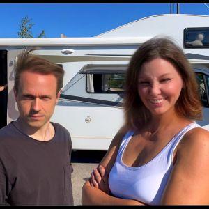 Skådespelarna Edith Holmström och Markus Riuttu framför Teater 90 Graders husbil.