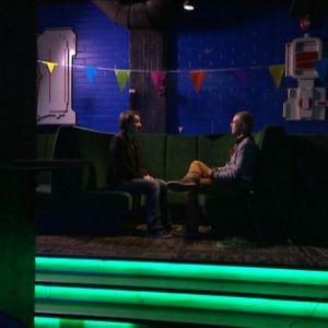 Nuutti Takkinen haastattelee Elina Haarmaa Le Bonk -ravintolassa.