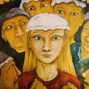 Piirroksessa nainen katsoo suoraan kohti, päässä valkoinen vanhanaikainen päähine, ympärillä ihmisiä, jotka tuijottavat häntä