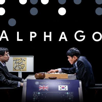 AlphaGon pelaaja tutkii pelilautaa.