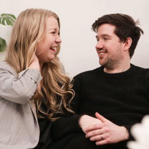 Katri ja Joe Konderla istuvat sohvalla ja katsovat toisiaan rakastuneesti.