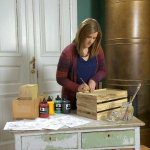 Camilla Forsén-Ström ritar på låda.