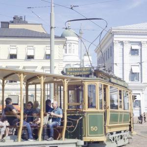 Museispårvagn kör förbi Havis Amanda på Salutorget i Helsingfors.
