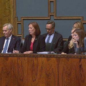 Statsminister Antti Rinne (SDP) i riksdagen den 28 november 2019. Andra från höger kommunminister Sirpa Paatero (SDP) och tredje från höger, på bakre raden finansminister Mika Lintilä (C).