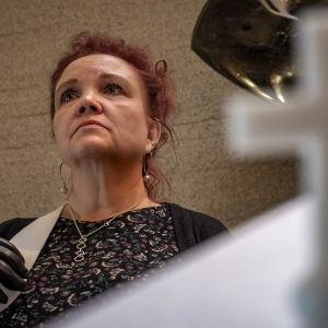Oululainen Elisa Rasmusson valmistautuu arkunkantoon