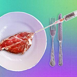 Laboratorioruiskusta ruiskutetaan lautaselle keinolihapihvi.