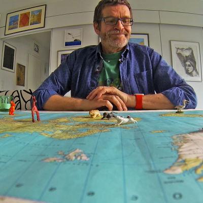 Vesa Niinikangas kartan ääressä.