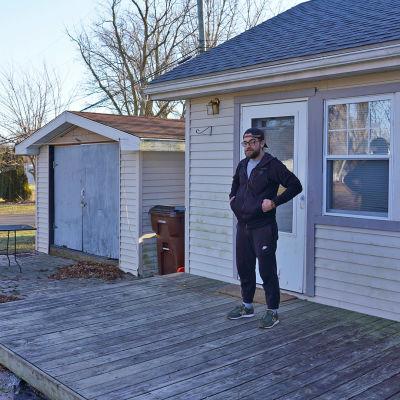 Kyle Boron kotinsa edessä Monroessa Michiganissa