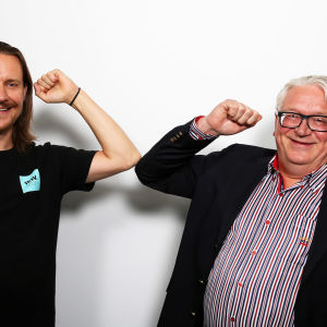 Markus Turunen ja Kyösti Kakkonen muodostavat käsivarsillaan Karjalan vaakunaa.
