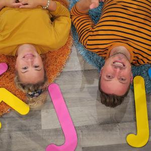 BUU-klubbens programledare Jontti och Malin med ja- och nejskyltar i tv-studion
