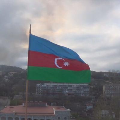 Azerbajdzjans flagga vajar över staden Sjusja. Bilden är från en video som publicerades på det azeriska försvarsministeriets webbplats på måndagen.