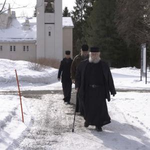 Kolme munkkia kävelee ruokasalille