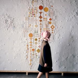 Rut Bryk kävelee taideteoksensa ohitse.
