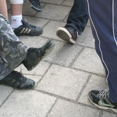 Kuva oppilaitten jaloista