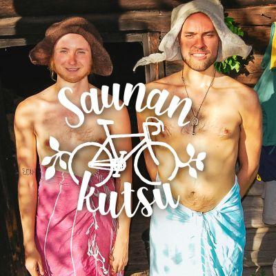 Kaksi miestä seisoo huopahatut päässä ja pyyhkeet lanteilla saunan edessä.