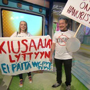 Martta ja Duudsonien Jarppi järjestivät kiusaamisen vastaisen mielenosoituksen Galaxin studiossa.