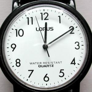 Lorus-merkkinen naisten rannekello näyttää aikaa 10 yli 12.