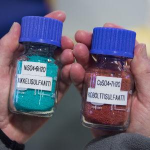 Nikkeli- ja kobolttisulfaatteja pulloissa.