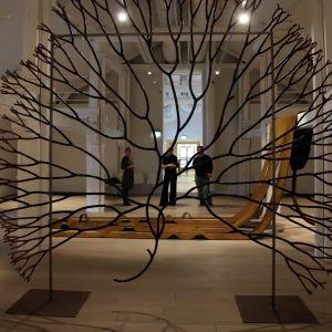 Etualalla Sääennuste tulevaisuudessa näyttelyn teos joka esittää suurennettuna pientä merilevää.
