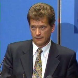 Sauli Niinistö kieltäytyy presidenttiehdokkuudesta (1999).