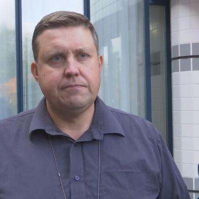 Kriminalkommissarie Jarkko Timonen vid Centralkriminalpolisen intervjuas.