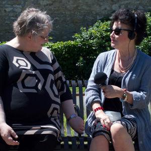 Jyväskylän yliopiston professori Outi Merisalo ja Ylen toimittaja Sini Sovijärvi tekevät haastattelua Montargis'n rauniolinnan pihassa Ranskassa kesäkuussa 2017 aiheenaan linnan omistajatar, protestanttien suojelija Renée de France. Kuva: Silja Suhonen.