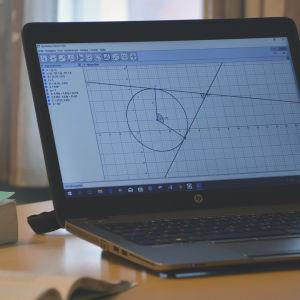 Datorskärm med en cirkel, linjer och vinklar.