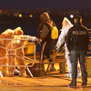 Migranter landstiger i italienska hamnstaden Taranto.