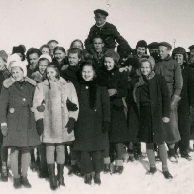 Merin koululuokka Käpylän luistinradan edustalla.