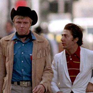 Joe Buck (Jon Voight) ja Ratso Rizzo (Dustin Hoffman) kävelevät kadulla New Yorkissa elokuvassa Keskiyön cowboy
