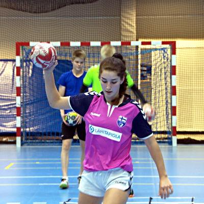 Handbollsspelaren Mariela Lönnqvist tränar handboll i Lojo.