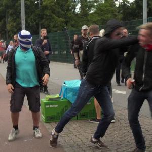HJK-kannattajat käyvät HIFK-kannattajan kimppuun Stadin Derbyssä 10.8.2016.