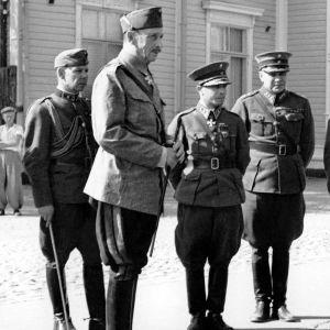 Marsalkka Carl Gustaf Emil Mannerheim seurueineen päämajan edustalla, seurueessa mm majuri Ragnar Grönvall ja kenraali Aksel Airo.