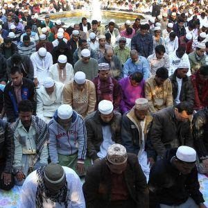 Muslimit istuvat kadulla ateenassa